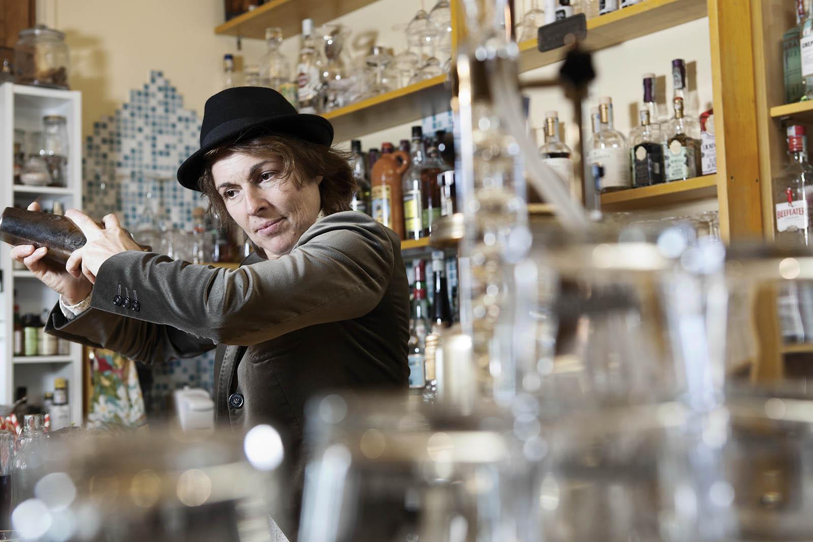 daniela prepara un cocktail aperitivo, drink alcolico